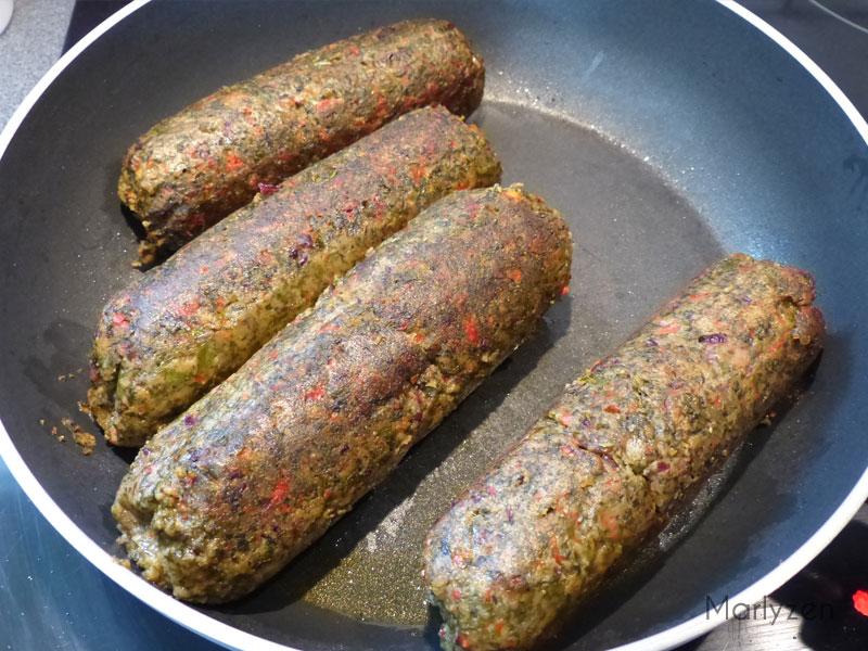 Faites dorer les saucisses végétales à la poêle.