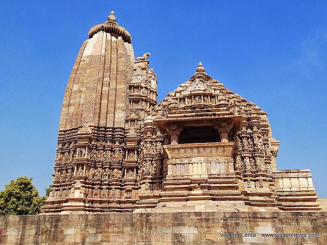Templos bonitos também do grupo leste, arquitetura Jain, em Khajuraho.