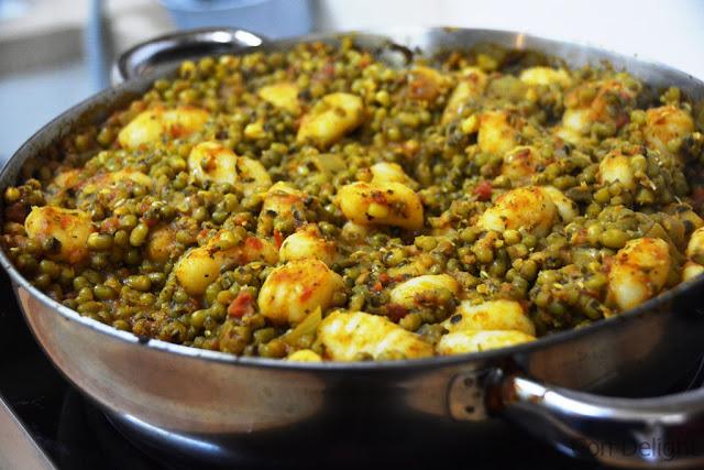 תבשיל מחמם של שעועית מש וניוקי mung beans and gnocchi casserole vegan