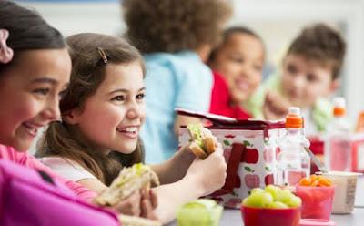 5 أطعمة ضعيها في علبة طعام المدرسة لتعزيز ذكاء طفلك اطفال طفل بنت تأكل طعام kid child girl eat food