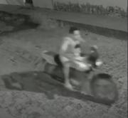 Câmeras de segurança mostram indivíduo furtando motocicleta em Pedreiras