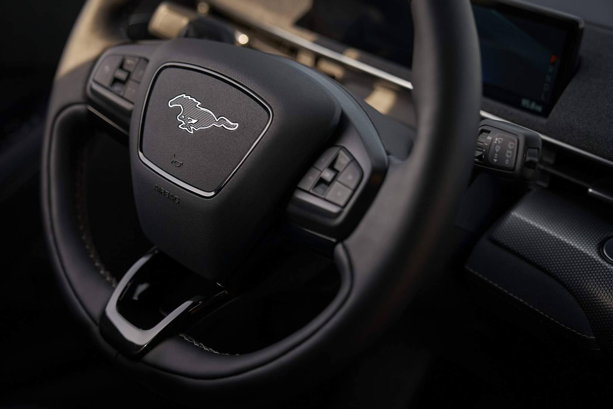 Ford Mustang Mach-E supera Mustang a gasolina em vendas - EUA