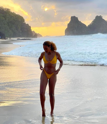 Sheron Menezzes deixa curvas à mostra ao posar de biquíni em cenário paradisíaco