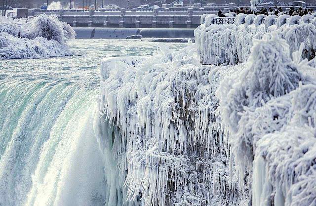 Mais uma vez, as cataratas congeladas do Niágara foram atração turística