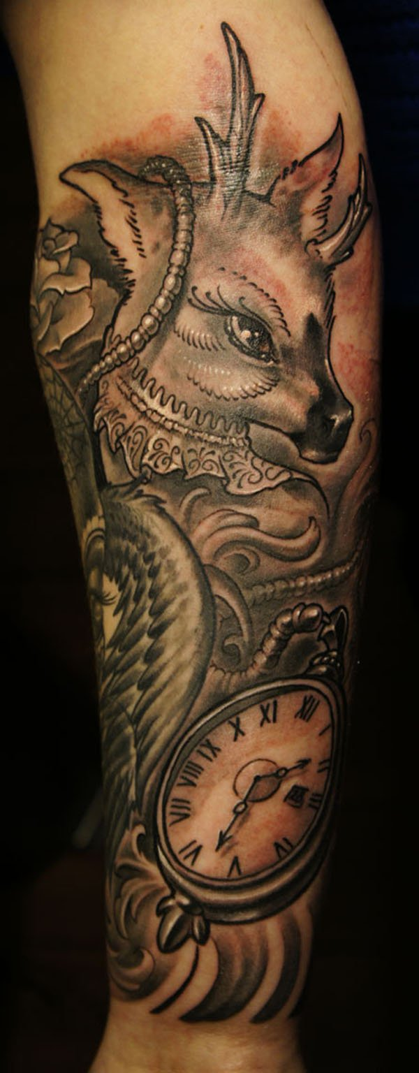 vemos el tatuaje de un ciervo en brazo