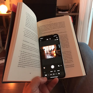iPhone situado entre las páginas de un libro para ser usado como control remoto de la cámara