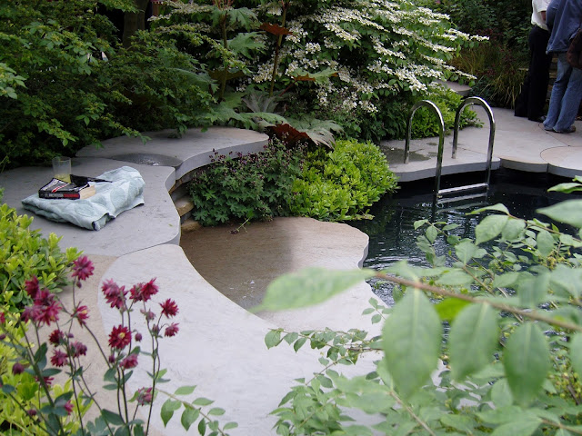 Mark Gregory, basen w ogrodzie