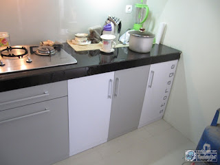 Interior Kitchen Set L-Shape Warna Putih Abu Abu Monokromatik - Furniture Interior Semarang