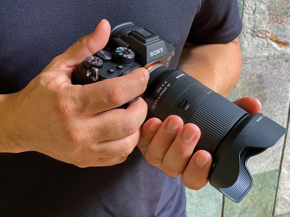 Tamron 28-200mm f/2.8-5.6 Di III RXD с камерой Sony в руках фотографа