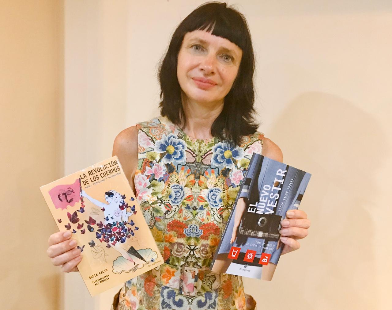 """En la imagen muestra los libros de Sofía Calvo directora de QT, La revolución de los cuerpos"""" y """"El Nuevo Vestir"""""""