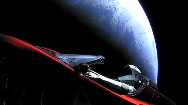 رائد الفضاء داخل السيارة صورة حقيقية
