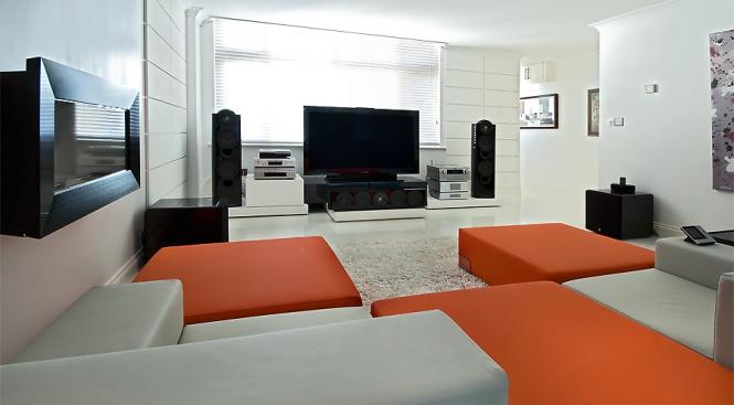 hogares frescos una instalaci n de entretenimiento en casa que se fusiona con el interior. Black Bedroom Furniture Sets. Home Design Ideas