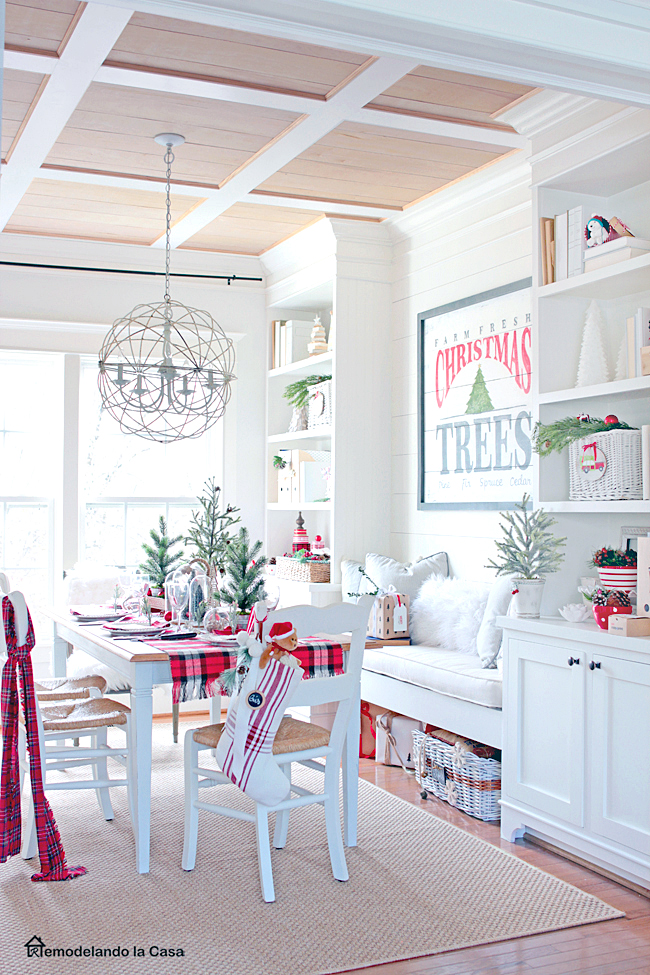 Red and white Christmas decor in the dining room - Remodelandolacasa.com