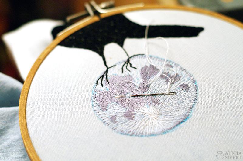 aliciasivert alicia sivert sivertsson art konst skapande kreativitet broderi embroidery needlework hand embroidery handbroderi fritt broderi frihandsbroderi fullmåne koltrast fågel måne full moon blackbird bird
