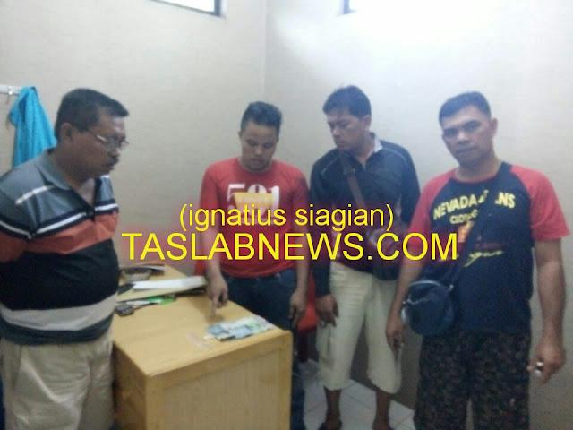 Tersangka Faisal Astirao alias Faisal saat diamankan petugas Polsek Tanjungbalai Utara, Resor Tanjungbalai.