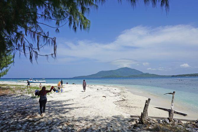 Kapal sandar di sudut lain Pulau Cilik Karimunjawa