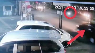 VIDEO: Detik-Detik Pemotor di Bone Ditabrak Mobil Hingga Terlempar Ke Luar Aspal