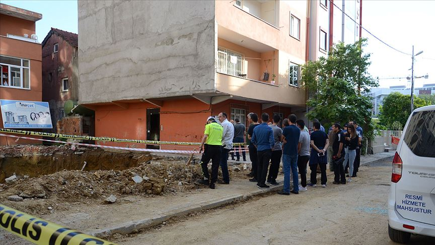 Çökme riski nedeniyle 4 katlı bina boşaltıldı!