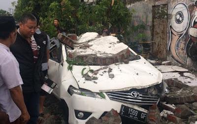 Angin kencang di surabaya yang mengakibatkan pohon tubang yang mengenai mobil innova putih