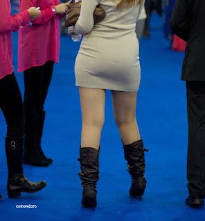 hermosa mujer mini falda ajustada