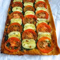 Tarte extrafina de tomate, queijo cabra com pesto de espinafres