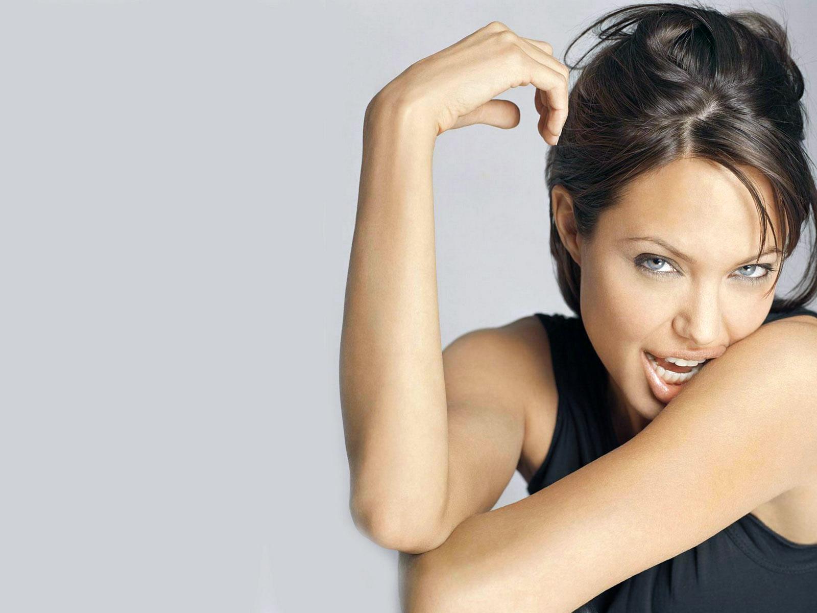 Nude Angelina Jolie Screensaver 88