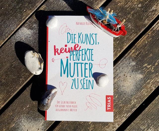 """""""Die Kunst, KEINE perfekte Mutter zu sein"""": Das wundervolle Selbsthilfebuch der herrlich unperfekten Nathalie Klüver (+ Verlosung). Auf Küstenkidsunterwegs stelle ich Euch das neue Buch der Autorin und Bloggerin aus Lübeck vor, das gerade im Trias Verlag erschienen ist und eine tolle Hilfe für alle Mamis darstellt, die bei all dem Stress eben nicht im Burnout landen wollen."""
