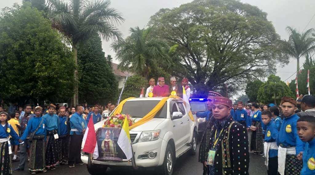 Mgr. Siprianus Hormat, Pr Disambut dengan Tuak Curu dan Drum SMAK Fransiskus Xaverius Ruteng