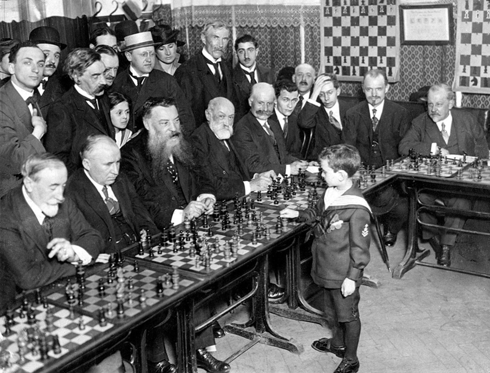 Samuel Reshevsky, de 8 años, derrotando a varios maestros de ajedrez a la vez en Francia, 1920