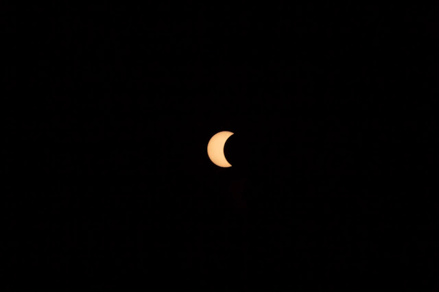 Nhật thực lúc 7 giờ 27 sáng ở núi Châu Thới, Dĩ An, tỉnh Bình Dương. Hình ảnh được chụp bằng máy Canon 60D với ống kính 18-200 qua màn lọc ND 6, khẩu độ f 11, ISO 100. Tác giả : Nguyễn Thế Anh.