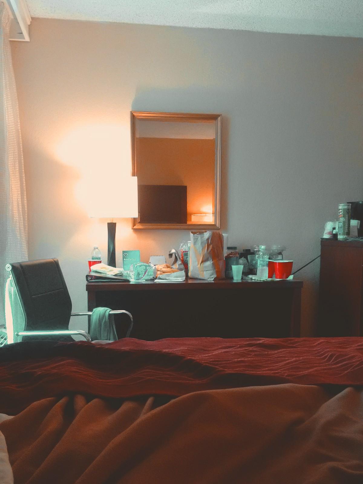 mesa do quarto de hotel bagunçado