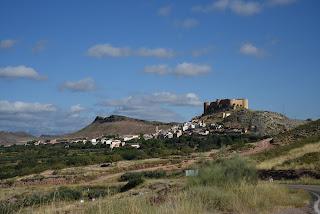 Vista de Mesones con el magnifico castillo en lo alto.