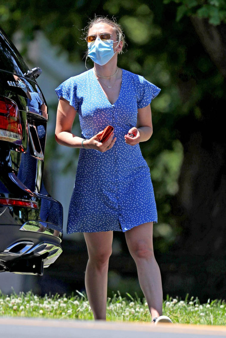 Hollywood actress Scarlett Johansson in Blue Mini Dress – Cleaning her SUV in The Hamptons. She looks hot in casual outfit.