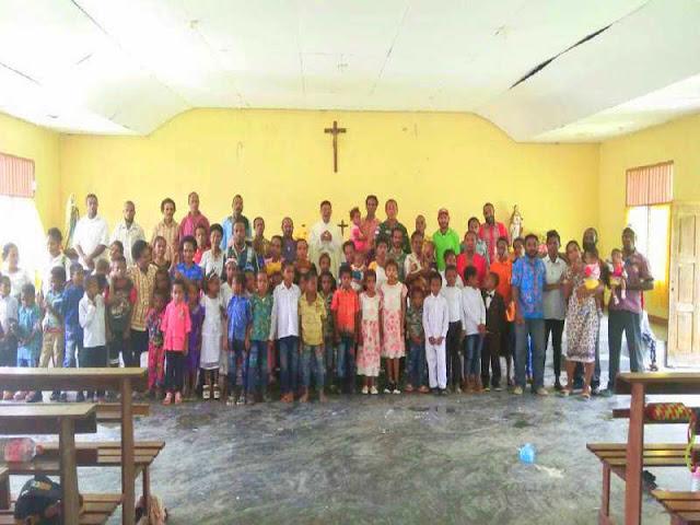 Gereja Santo Petrus Wembi Terima Bantuan Alkitab dari Yonif 121