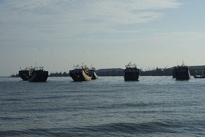 Kapal-kapal besar tertambat di tengah laut