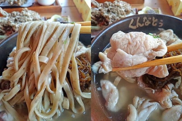 もずく中味そばの麺と中味の写真