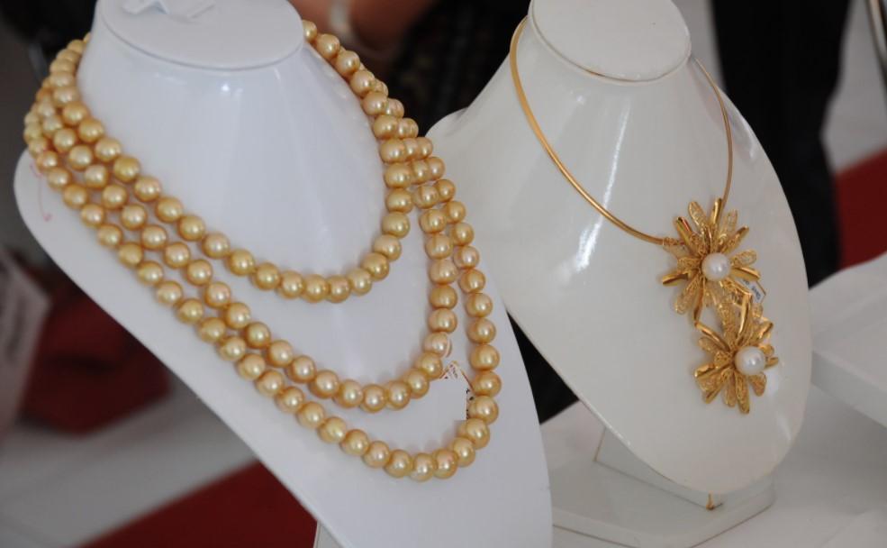 perhiasan dari mutiara asli indonesia