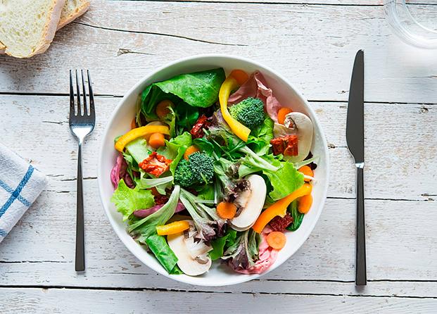 Trucos para hacer tus ensaladas más sanas y divertidas este verano