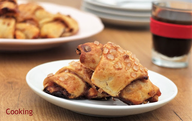 Rugelach é um doce de origem judaica, ao mesmo tempo macio e crocante, e um formato semelhante a um pequeno croissant, que pode ser preparado com uma grande diversidade de recheios.
