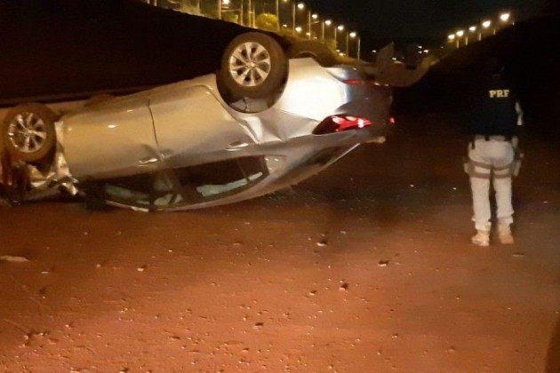 Motorista capota carro após invadir canteiro em obras na BR-153, em Rio Preto