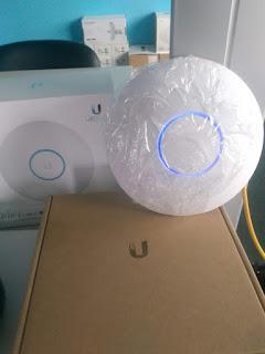 Mostra-se o Ponto de Acesso Unifi modelo AO AC LR acima da sua caixa, porque está sendo montada.
