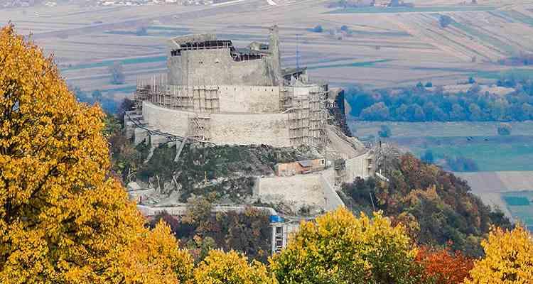 Cetatea Devei in toiul recondiționărilor cu schela de jur împrejur