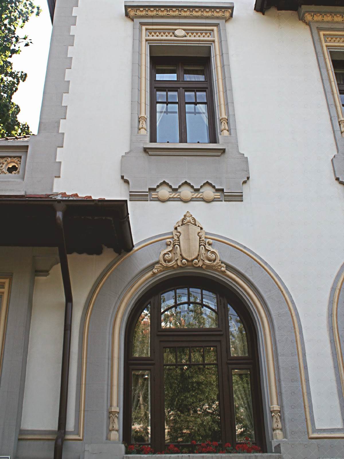 casa neoromaneasca, elemente arhitecturale din polistiren, profile decorative