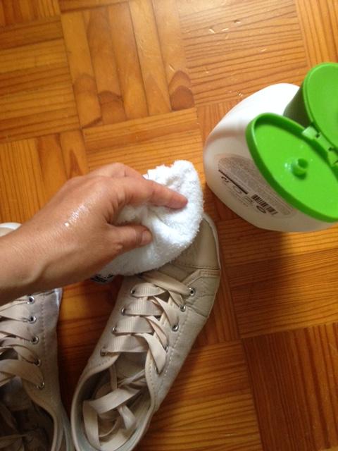 limpar o caçado com gel de banho