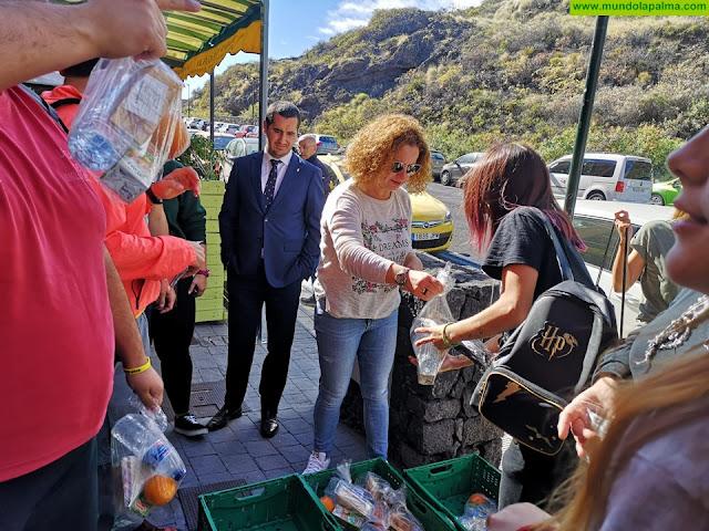 El Área de Juventud apuesta por la concienciación medioambiental con una limpieza de la playa de Los Cancajos