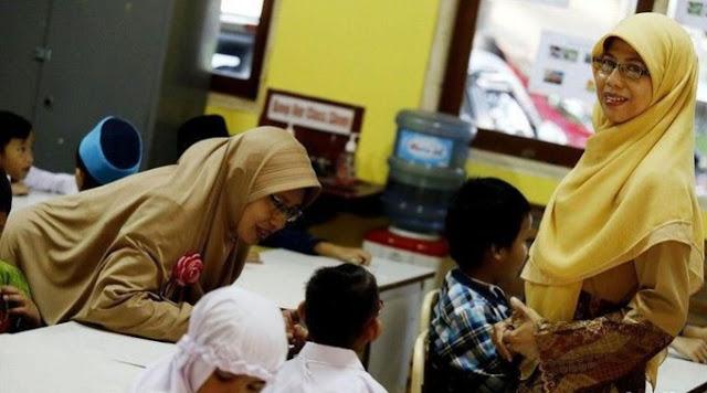 Kabar Baik, Subsidi Gaji Guru Honorer Jokowi Cair Oktober Insya Alloh Bukan Melalui BP Jamsostek