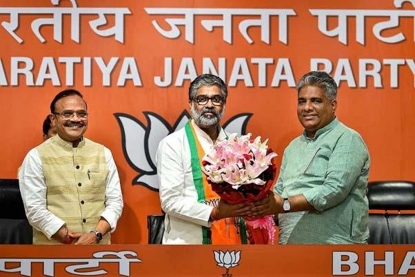 पूर्व सपा पार्टी नेता नीरज शेखर का भाजपा महासचिव भूपेन्द्र यादव द्वारा पूर्व में भाजपा में शामिल होने के बाद नई दिल्ली में अभिनंदन किया गया