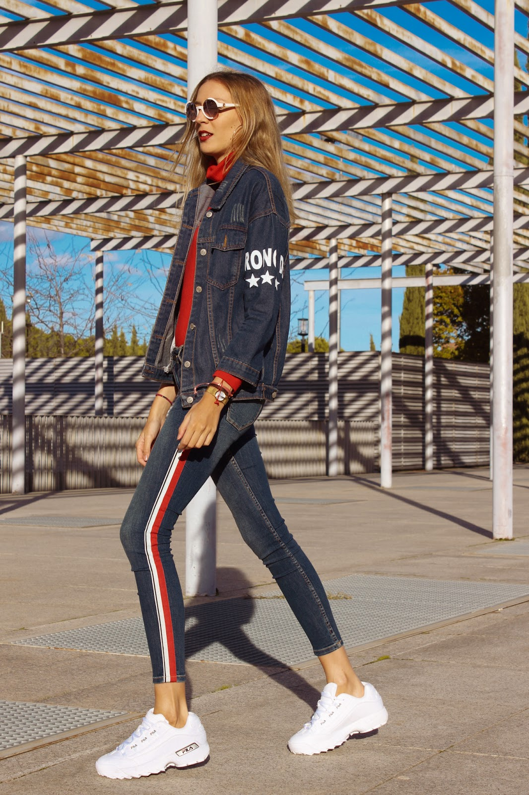 track-pants-street-style-jeans-fila-sneakers-daddy-shoes-turtle-neck-denim-total-look