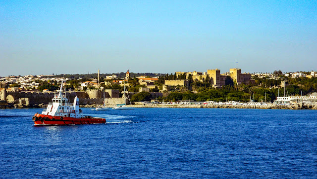 As muralhas medievais de Rodes vistas do mar