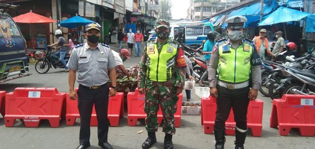Dipersimpangan Kota Pematang Siantar Dilakukan Penyekatan PPKM Level lll Oleh Personel Jajaran Kodim 0207/Simalungun Bersama Dinas Terkait